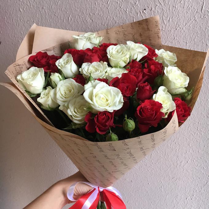 Лента — 1 шт., Упаковка Крафт-бумага — 1 шт., Роза кустовая (белый) — 6 шт., Роза кустовая (красный) — 5 шт.