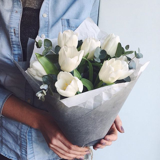 Тюльпан (белый) — 9 шт., Эвкалипт — 5 шт., Упаковка Крафт-бумага — 1 шт., Лента — 1 шт.