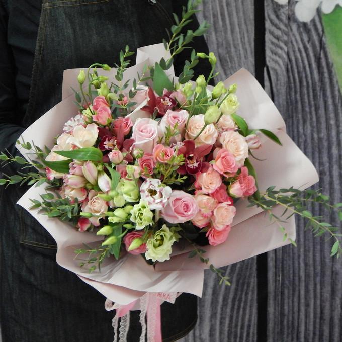 Розовая лента — 2 шт., Лизиантус эквадор (белый) — 5 шт., Роза Кения (нежно-розовый, 50 см) — 5 шт., Роза кустовая (нежно-розовый) — 7 шт., Орхидея Цимбидиум 1…