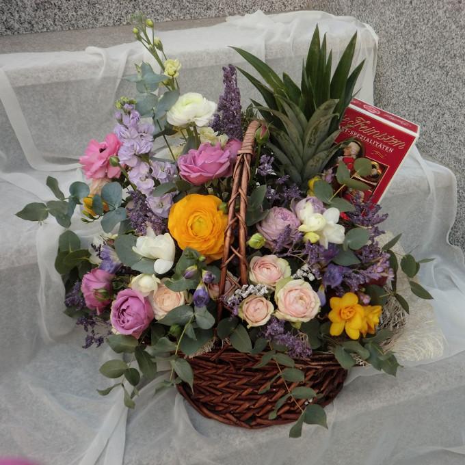Корзина (овал, большой) — 1 шт., Пиафлор — 2 шт., Эвкалипт — 15 шт., Роза кустовая пионовидная (ярко-розовый) — 3 шт., Ранункулюс (микс (разных цветов)) — 3 шт…