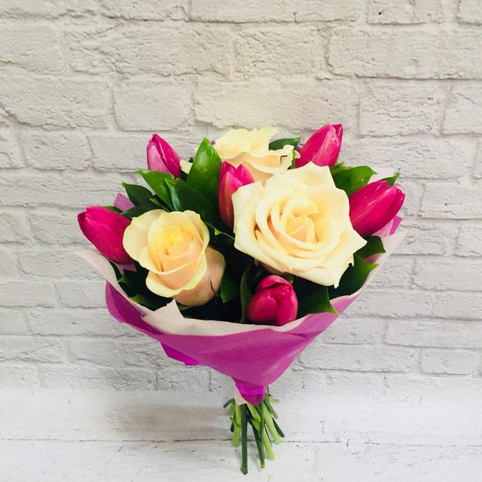 Роза Эквадор (кремовый, 70 см) — 3 шт., Тюльпан (ярко-розовый) — 6 шт., Рускус — 15 шт., Лента — 1 шт., Упаковка Фетр — 3 шт.
