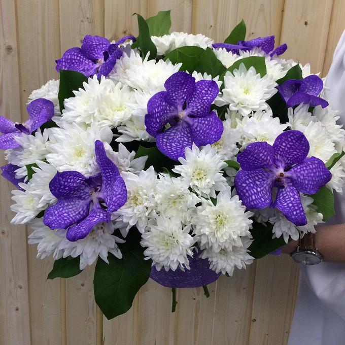 Хризантема кустовая (белый) — 15 шт., Орхидея Ванда 1 бутон (фиолетовый) — 7 шт., Салал — 5 шт., Упаковка Крафт-бумага — 2 шт., Белая лента — 1 шт.