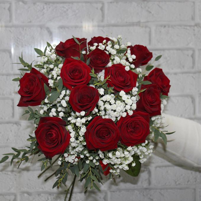 Роза Кения (красный, 50 см) — 13 шт., Гипсофила (белый) — 3 шт., Эвкалипт — 3 шт., Красная лента — 1 шт.