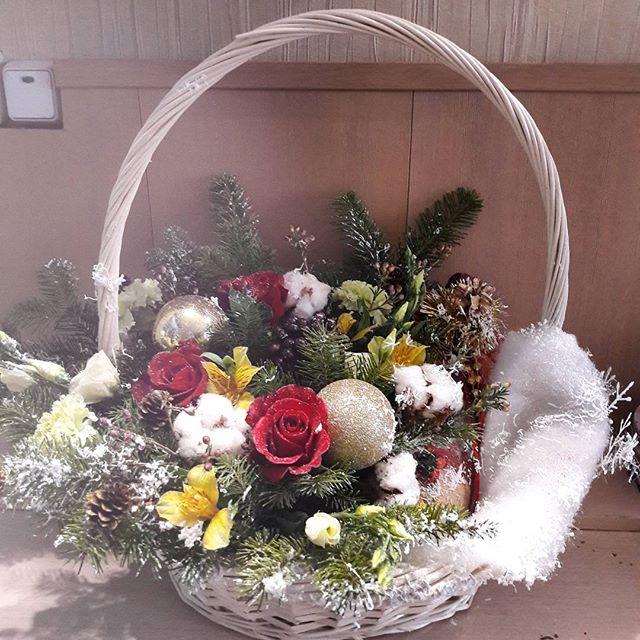 Новогодняя подарочная корзина с елкой и цветами