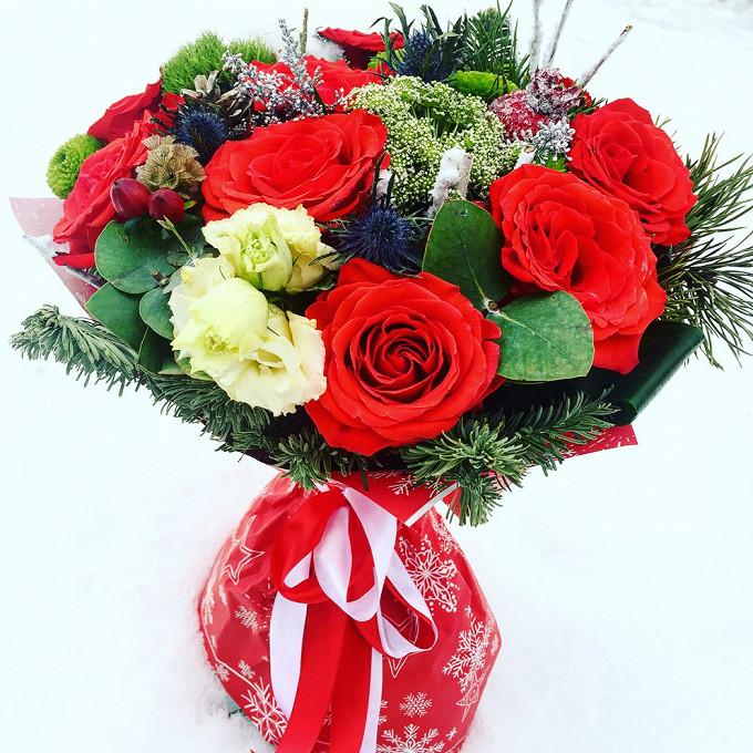 Роза (красный, 60 см) — 9 шт., Амми веснага — 1 шт., Эрингиум синий (синий) — 1 шт., Эвкалипт — 2 шт., Рускус — 20 шт., Еловые ветки — 7 шт., Эустома — 1 шт., …