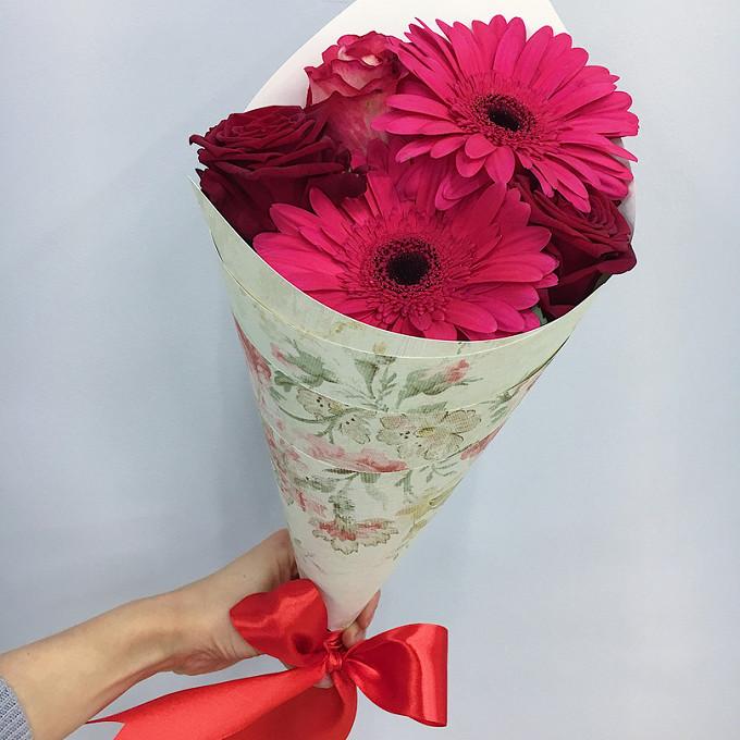 Роза Кения (нежно-розовый, 60 см) — 1 шт., Роза Кения (красный, 60 см) — 2 шт., Красная лента — 1 шт., Упаковка Крафт-конус — 1 шт., Гербера (ярко-розовый) — 2…