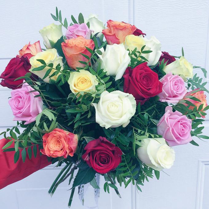 Лента — 1 шт., Писташ — 5 шт., Роза (микс (разных цветов), 60 см) — 25 шт.