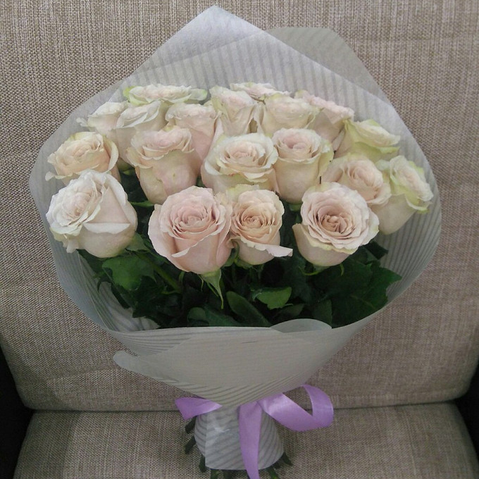 Лента — 1 шт., Упаковка Фетр ламинированный — 1 шт., Роза (кремовый, 50 см) — 19 шт.