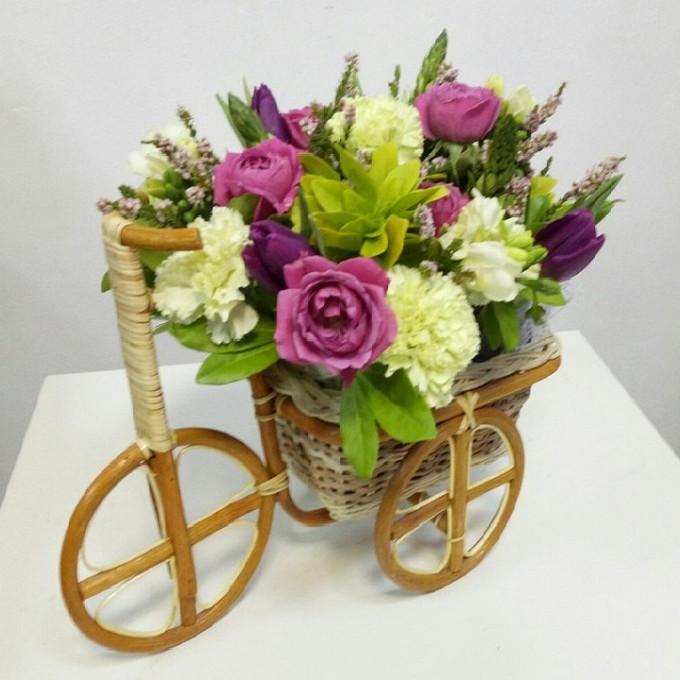Роза Кения (нежно-розовый) — 5 шт., Кашпо Велосипед (овал, средний) — 1 шт., Гвоздика (белый) — 4 шт., Рускус — 3 шт., Тюльпан (бордовый) — 3 шт., Хамелациум —…