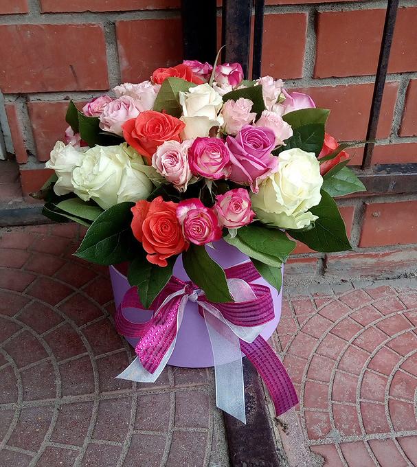 Роза (микс (разных цветов)) — 12 шт., Оазис — 1 шт., Салал — 10 шт., Лента — 2 шт., Шляпная коробка (средний) — 1 шт., Роза кустовая (микс (разных цветов)) — 5…