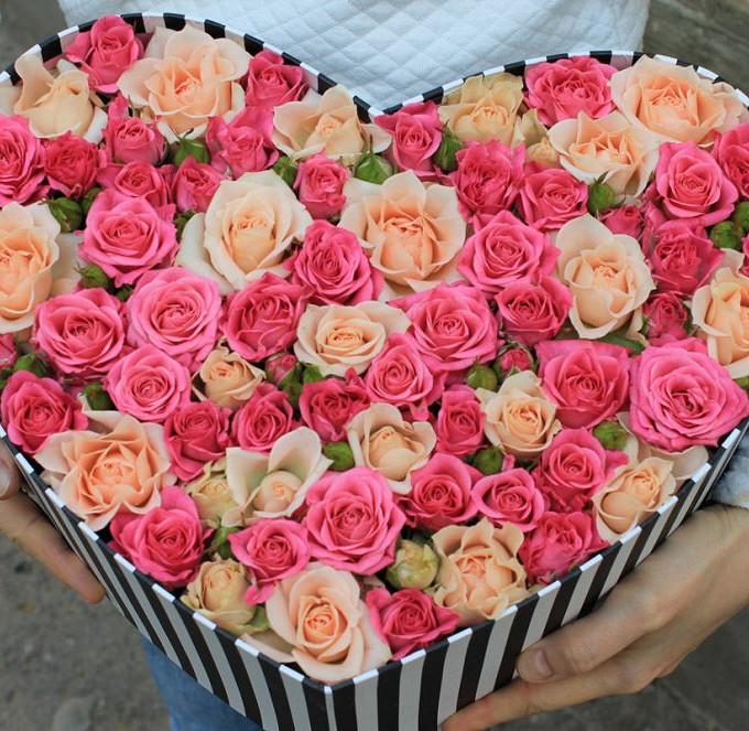Пиафлор — 2 шт., Коробка (сердце, средний) — 1 шт., Роза кустовая (кремовый) — 7 шт., Роза кустовая (нежно-розовый) — 11 шт.