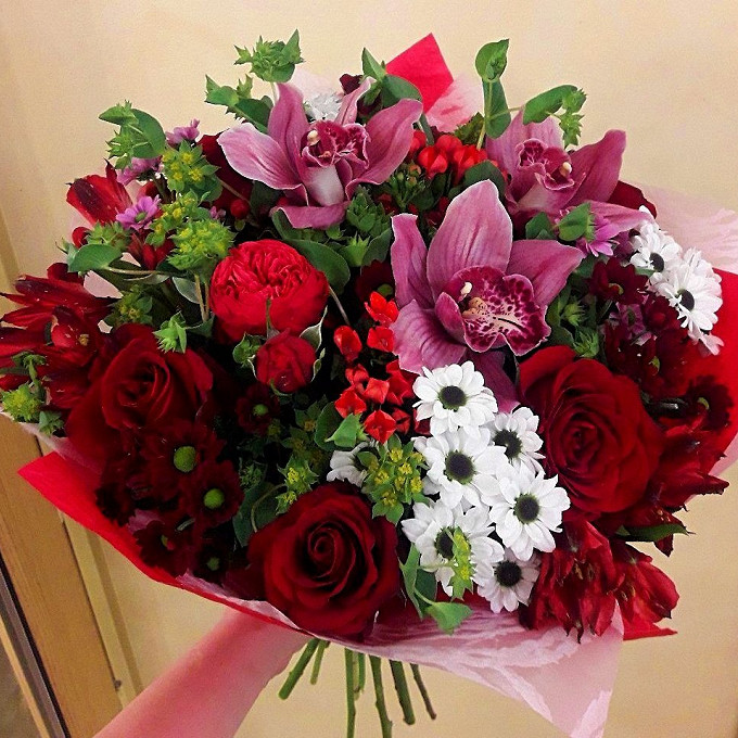 Роза Кения (красный, 60 см) — 5 шт., Хризантема (белый) — 9 шт., Орхидея Цимбидиум 1 бутон (бордовый) — 3 шт., Роза кустовая (бордовый) — 3 шт., Альстромерия (…