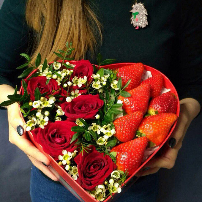 Роза Кения (красный) — 7 шт., Ваксфлауэр (белый) — 3 шт., Эвкалипт — 3 шт., Оазис — 1 шт., Коробка (сердце, средний) — 1 шт., Клубника — 7 шт.