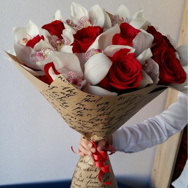 Роза (красный, 70 см) — 12 шт., Орхидея Цимбидиум 1 бутон (белый) — 7 шт., Упаковка Крафт-бумага — 1 шт., Лента — 1 шт.