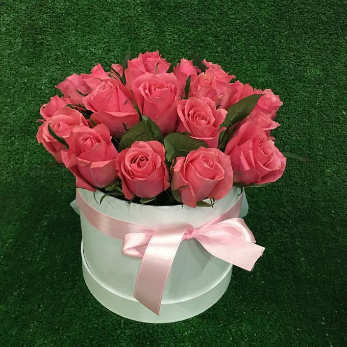 Роза Кения (нежно-розовый) — 19 шт., Шляпная коробка (средний) — 1 шт., Пиофлор — 1 шт., Розовая лента — 1 шт.