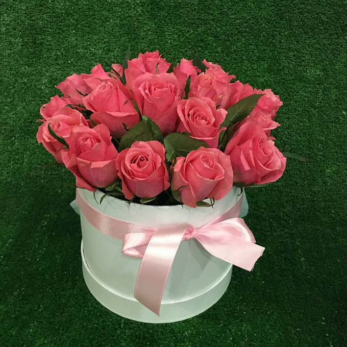 Роза (розовый) — 19 шт., Шляпная коробка (средний) — 1 шт., Пиофлор — 1 шт., Розовая лента — 1 шт.