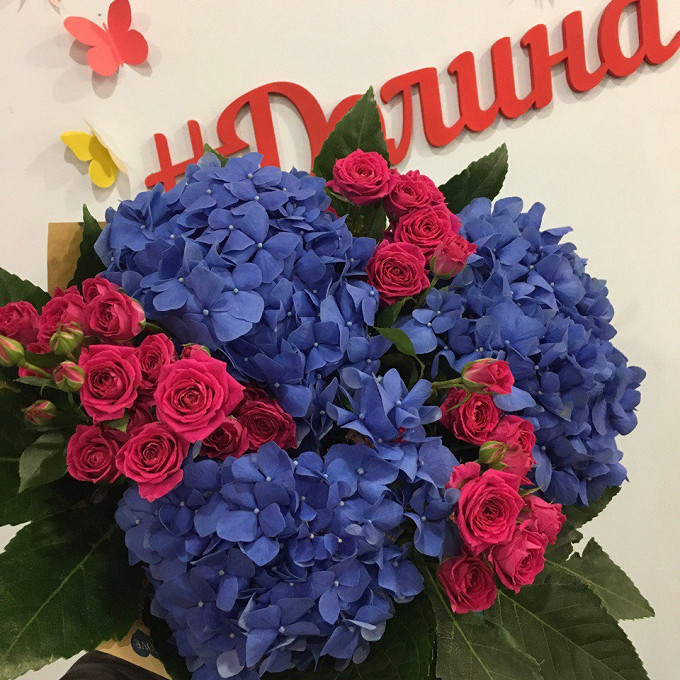 Гортензия (синий) — 3 шт., Роза кустовая (нежно-розовый) — 3 шт., Аралия — 3 шт., Упаковка Крафт-бумага — 1 шт., Синяя лента — 1 шт.