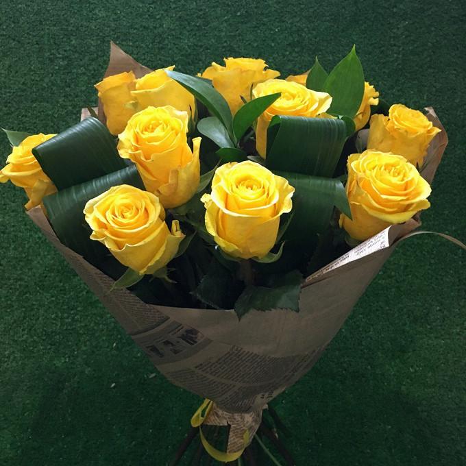 Роза Эквадор (желтый, 70 см) — 13 шт., Аспидистра — 3 шт., Рускус — 2 шт., Желтая лента — 1 шт., Упаковка Крафт-бумага — 1 шт.