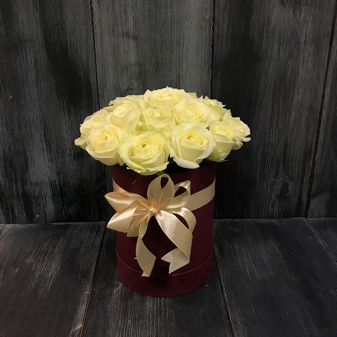 Роза Эквадор (белый) — 25 шт., Шляпная коробка (средний) — 1 шт., Лента фирменная — 1 шт.