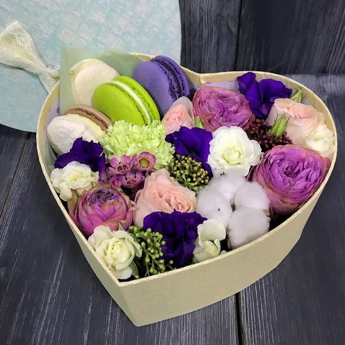 Макаронс 1 шт. — 5 шт., Коробка (сердце, средний) — 1 шт., Ваксфлауэр (нежно-розовый) — 1 шт., Скимия (красный) — 1 шт., Гвоздика (зеленый) — 1 шт., Роза кусто…