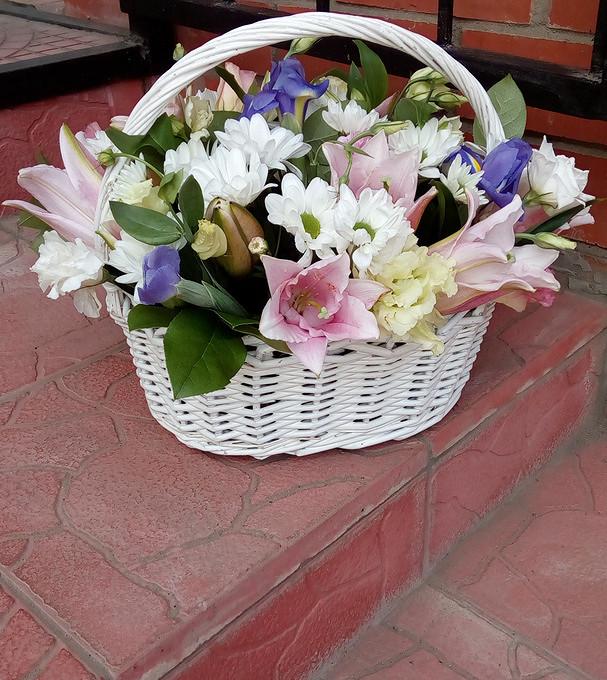 Лилия ветка (нежно-розовый) — 2 шт., Ирис (фиолетовый) — 3 шт., Хризантема кустовая (белый) — 3 шт., Лизиантус (микс (разных цветов)) — 3 шт., Зелень по сезону…