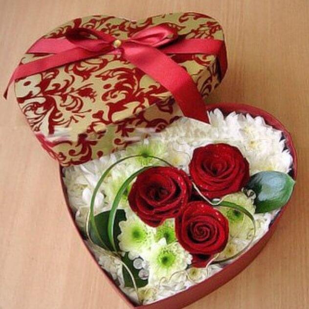Роза Кения (красный) — 3 шт., Хризантема кустовая (белый) — 4 шт., Зелень по сезону — 3 шт., Коробка (сердце, средний) — 1 шт., Оазис — 2 шт.