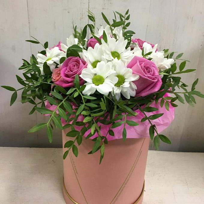 Роза Кения (нежно-розовый) — 5 шт., Хризантема кустовая (белый) — 3 шт., Роза кустовая (нежно-розовый) — 1 шт., Писташ — 3 шт., Шляпная коробка (средний) — 1 ш…