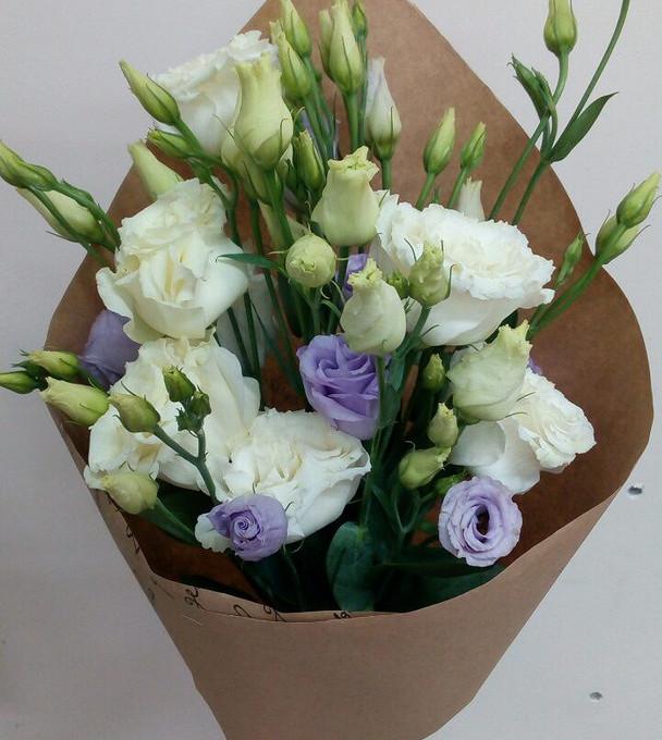 Лизиантус (белый) — 5 шт., Лизиантус (фиолетовый) — 2 шт., Лента — 1 шт., Упаковка Крафт-бумага — 1 шт.