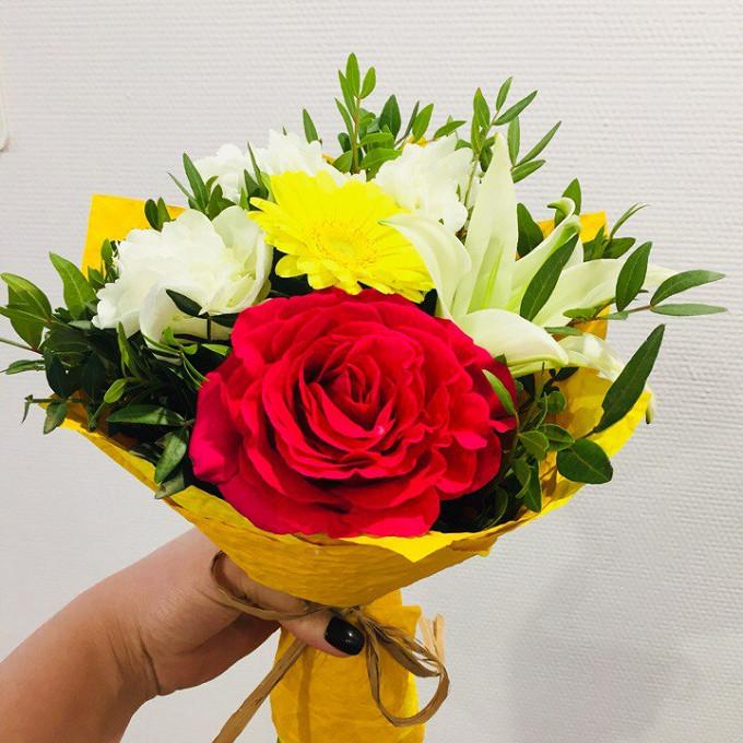 Роза Кения (нежно-розовый, 40 см) — 1 шт., Удлинитель — 5 шт., Лилия ветка (белый) — 1 шт., Гербера мини (желтый) — 1 шт., Гортензия (белый) — 1 шт., Писташ — …