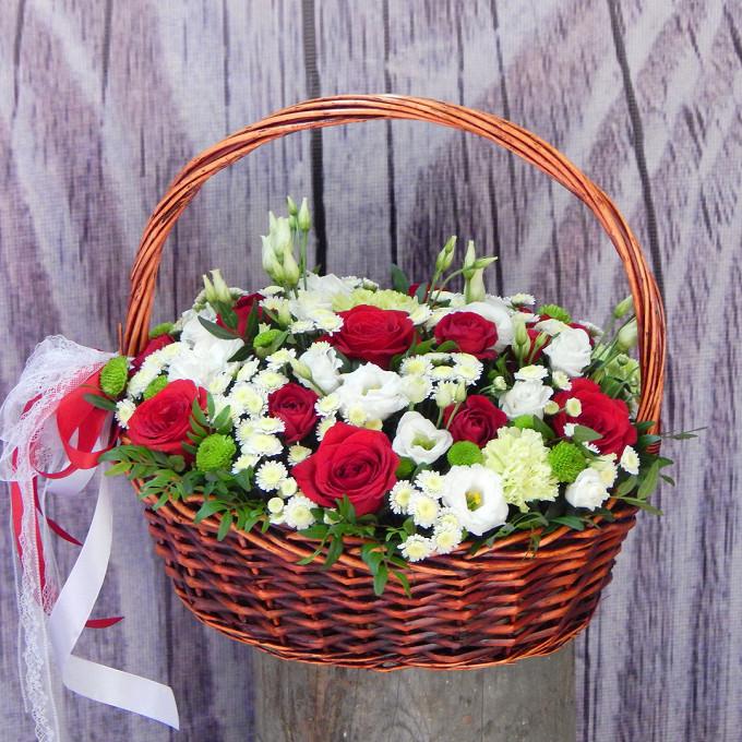 Хризантема Сантини (белый) — 6 шт., Роза Кения (бордовый) — 7 шт., Роза кустовая (красный) — 5 шт., Лизиантус (белый) — 3 шт., Оазис — 1 шт., Красная лента — 1…
