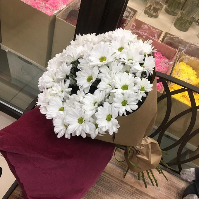 Хризантема кустовая (белый) — 11 шт., Лента — 1 шт., Упаковка Крафт-бумага — 1 шт.