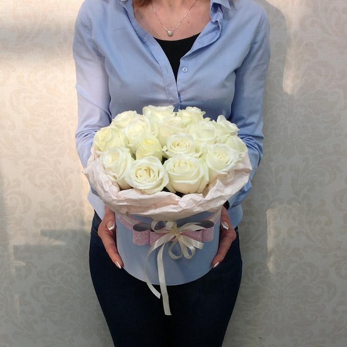 Шляпная коробка (малый) — 1 шт., Упаковка Крафт-бумага — 1 шт., Оазис — 2 шт., Роза (белый) — 17 шт.