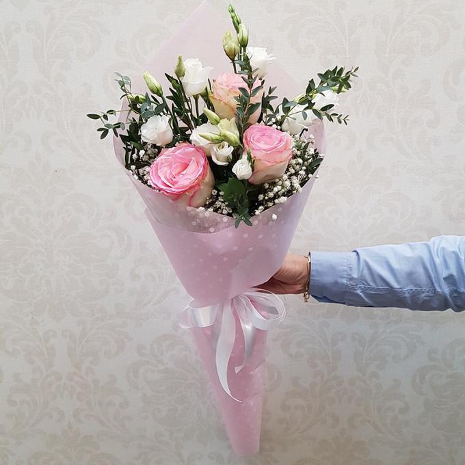 Роза Кения (нежно-розовый, 60 см) — 3 шт., Лента — 1 шт., Упаковка Крафт-бумага — 1 шт., Эвкалипт — 2 шт., Гипсофила (белый) — 1 шт., Эустома (белый) — 2 шт.