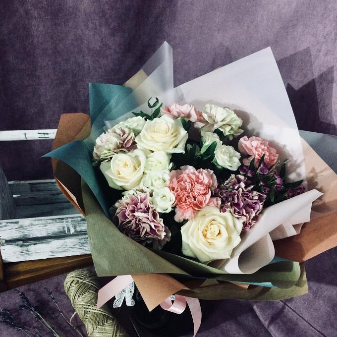 Роза Кения (белый, 60 см) — 3 шт., Роза кустовая (белый) — 2 шт., Гвоздика (нежно-розовый) — 7 шт., Лента атласная — 3 шт., Упаковка Крафт-бумага — 2 шт., Упак…