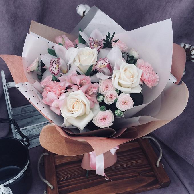 Роза Кения (белый, 60 см) — 3 шт., Альстромерия (нежно-розовый) — 2 шт., Лента атласная — 3 шт., Упаковка Крафт-бумага — 2 шт., Упаковка Пленка матовая (Корея)…