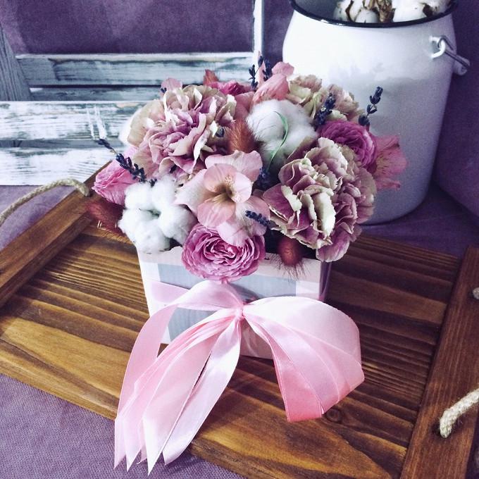 Лаванда 1 ветка (фиолетовый) — 10 шт., Роза кустовая (ярко-розовый) — 2 шт., Альстромерия (нежно-розовый) — 2 шт., Хлопок (белый) — 5 шт., Оазис — 1 шт., Короб…