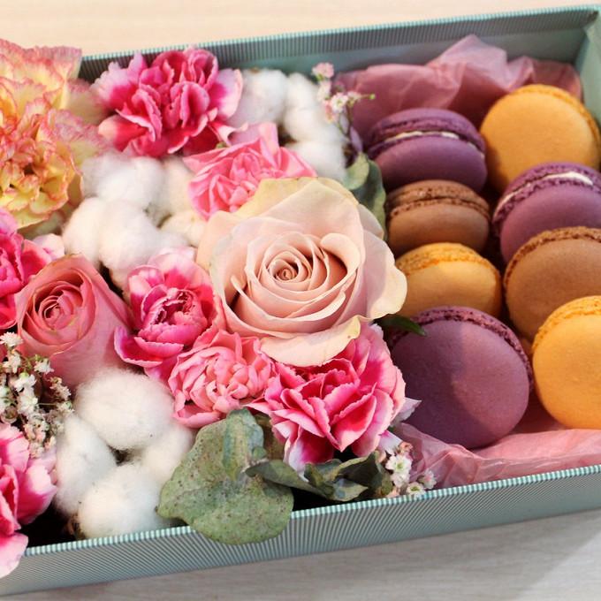 """Цветочная коробка с пирожными Macaron """"Медовая радость"""""""