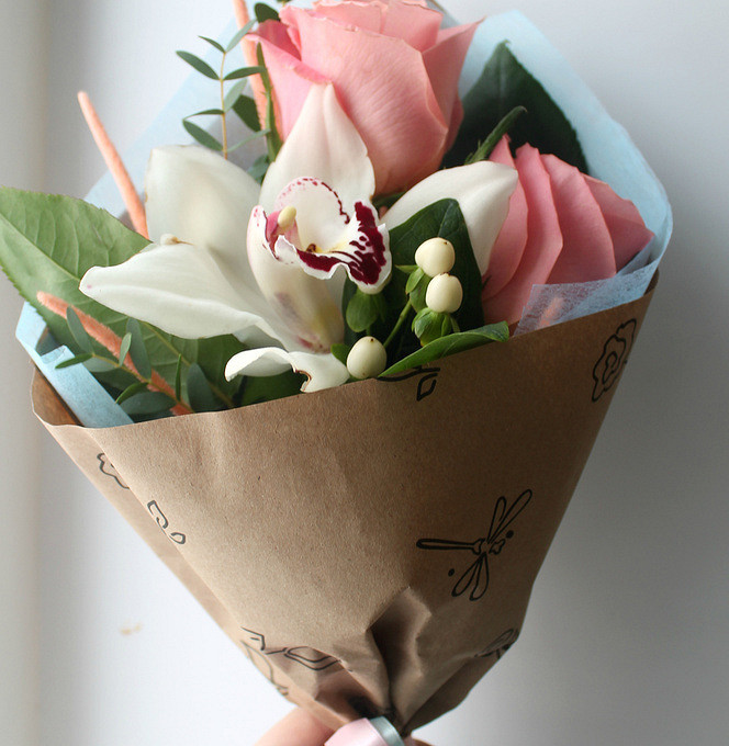 Лента атласная — 1 шт., Салал — 1 шт., Эвкалипт — 1 шт., Гиперикум (белый) — 1 шт., Роза (розовый, 50 см) — 2 шт., Орхидея Фаленопсис 1 бутон (белый) — 1 шт., …