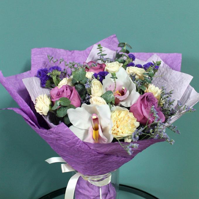 Орхидея Фаленопсис 1 бутон (белый) — 3 шт., Статица (фиолетовый) — 1 шт., Лимониум (фиолетовый) — 1 шт., Эвкалипт — 1 шт., Лента атласная — 1 шт., Упаковка Бум…