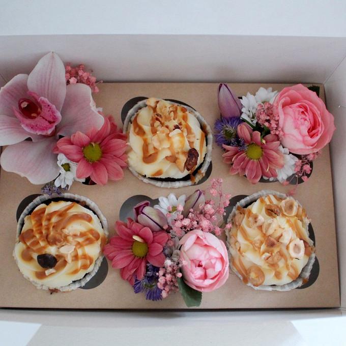 Орхидея Цимбидиум 1 бутон (белый) — 1 шт., Гипсофила (розовый) — 1 шт., Хризантема кустовая (белый) — 1 шт., Зелень по сезону — 2 шт., Роза кустовая (розовый) …