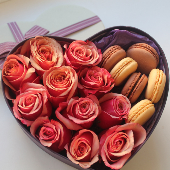 Макаронс 1 шт. — 6 шт., Роза Кения (оранжевый) — 11 шт., Упаковка Тишью — 1 шт., Пиафлор — 1 шт., Коробка (сердце, средний) — 1 шт.