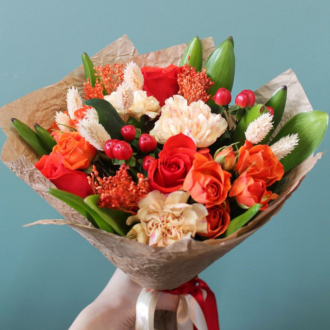 Гиперикум (красный) — 2 шт., Роза кустовая (оранжевый) — 3 шт., Роза Кения (красный, 40 см) — 5 шт., Гвоздика (персиковый) — 3 шт., Лента атласная — 1 шт., Дек…