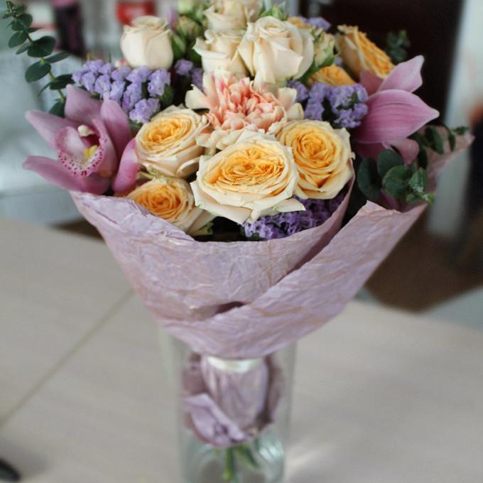 Роза кустовая пионовидная (персиковый) — 4 шт., Орхидея Цимбидиум 1 бутон (нежно-розовый) — 3 шт., Кремовая лента — 1 шт., Упаковка Бумага-жатка — 1 шт., Гвозд…