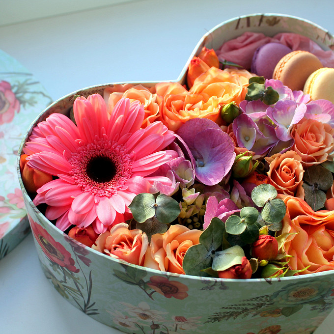 Пиофлор — 1 шт., Роза Вувузела (персиковый) — 2 шт., Упаковка Тишью — 1 шт., Коробка (сердце, средний) — 1 шт., Роза кустовая (персиковый) — 2 шт., Эвкалипт — …