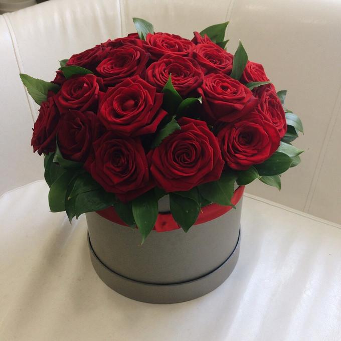 Роза Кения (красный) — 25 шт., Лента — 2 шт., Рускус — 10 шт., Оазис — 1 шт., Шляпная коробка (средний) — 1 шт.