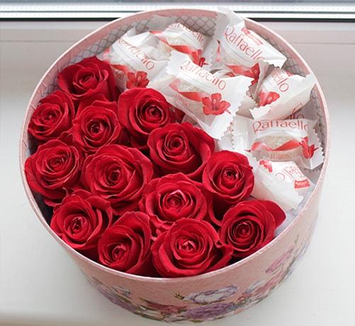 Рафаэлло 1 конфета — 12 шт., Роза (красный) — 13 шт., Оазис — 1 шт., Коробка фирменная (круг, средний) — 1 шт.