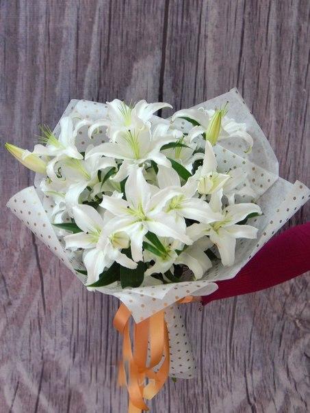 Лилия ветка (белый) — 5 шт., Кремовая лента — 1 шт., Упаковка Фетр ламинированный — 1 шт.