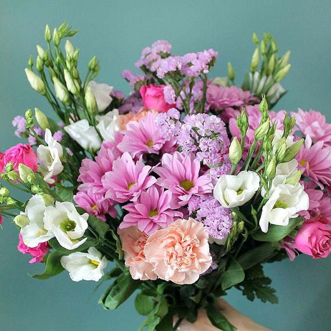 Лента — 1 шт., Роза кустовая (нежно-розовый) — 4 шт., Гвоздика (кремовый) — 4 шт., Хризантема кустовая (нежно-розовый) — 5 шт., Эустома (белый) — 4 шт., Статиц…