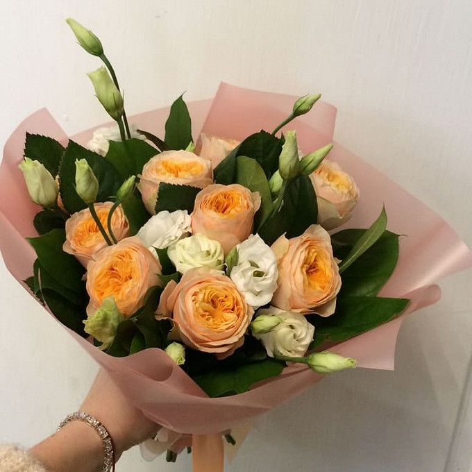 Букет из пионовидных роз и лизиантуса