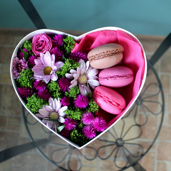 Коробка (сердце, малый) — 1 шт., Трахелиум (зеленый) — 1 шт., Целлозия — 1 шт., Роза кустовая (ярко-розовый) — 1 шт., Упаковка Тишью — 1 шт., Макаронс 1 шт. — …